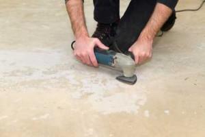 Kleberreste von Fussboden entfernen