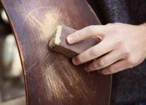 Farbe von Holz entfernen - abschleifen